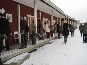 KESMA II-hankkeen yrittäjiä tutustumassa Tertin kartanon aittamajoitukseen (kuvaaja Hanna Hauvala)